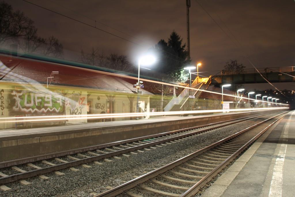 Ein GTW der HLB bei abendlicher Durchfahrt in Bad Vilbel Süd, aufgnommen am 26.02.2916.