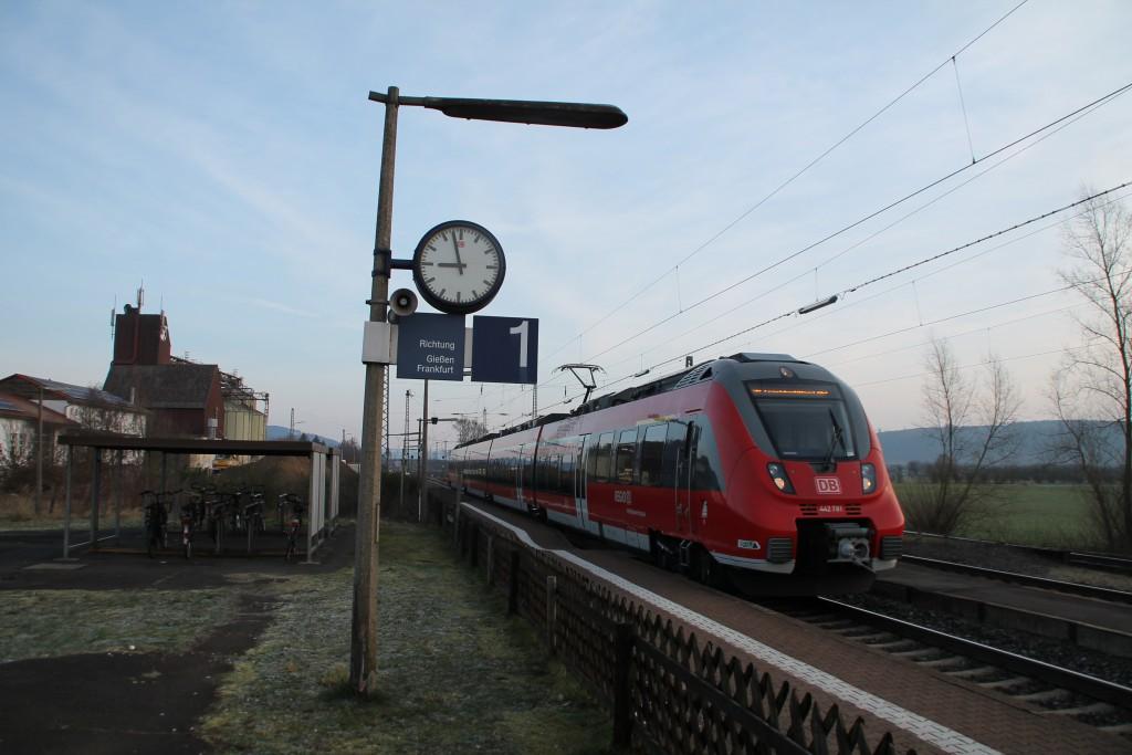 442 281 erreicht den Bahnhof Niederwalgern, aufgenommen am 28.02.2016.
