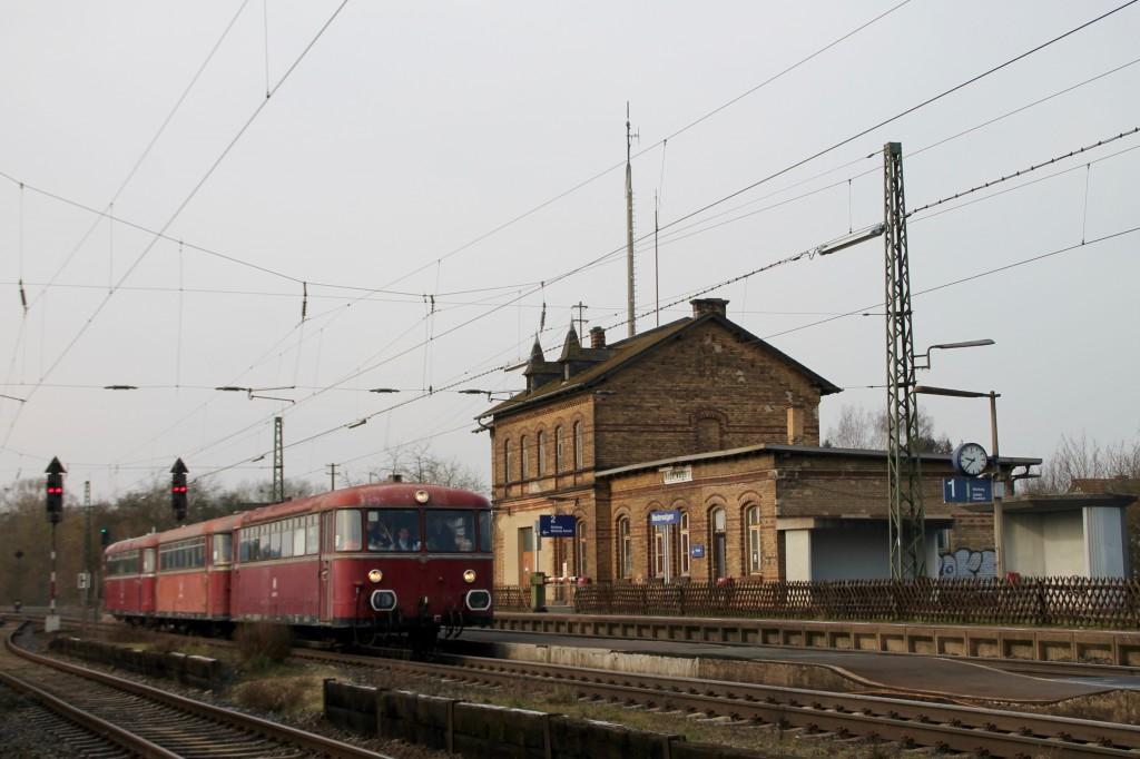 996 677, 996 310 und 798 829 bei der Durchfahrt in Niederwalgern, aufgenommen am 28.02.2016.