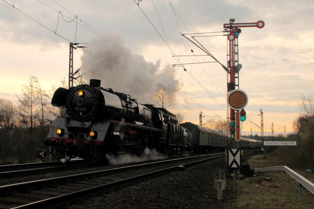 03 1010 verlässt mit ihrem Sonderzug den Bahnhof Stadtallendorf, aufgenommen am 27.03.2016.