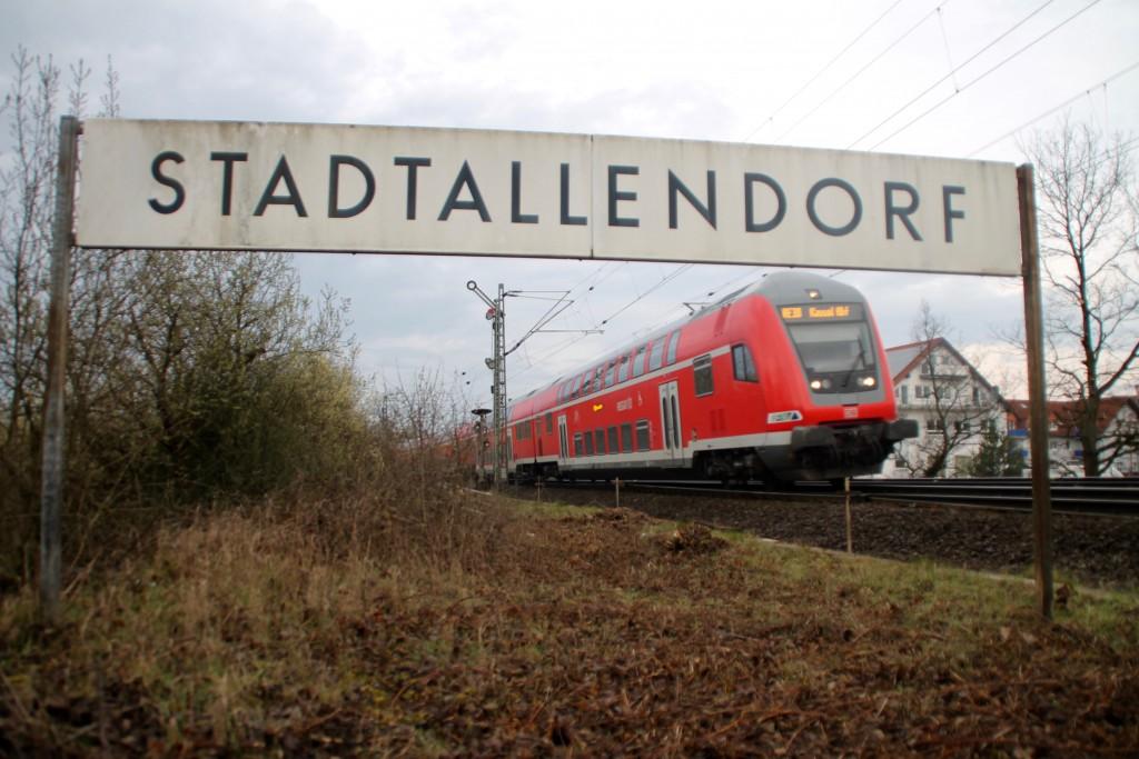 Der Regionalexpress nach Kassel fährt in den Bahnhof Stadtallendorf ein, aufgenommen am 27.03.2016.