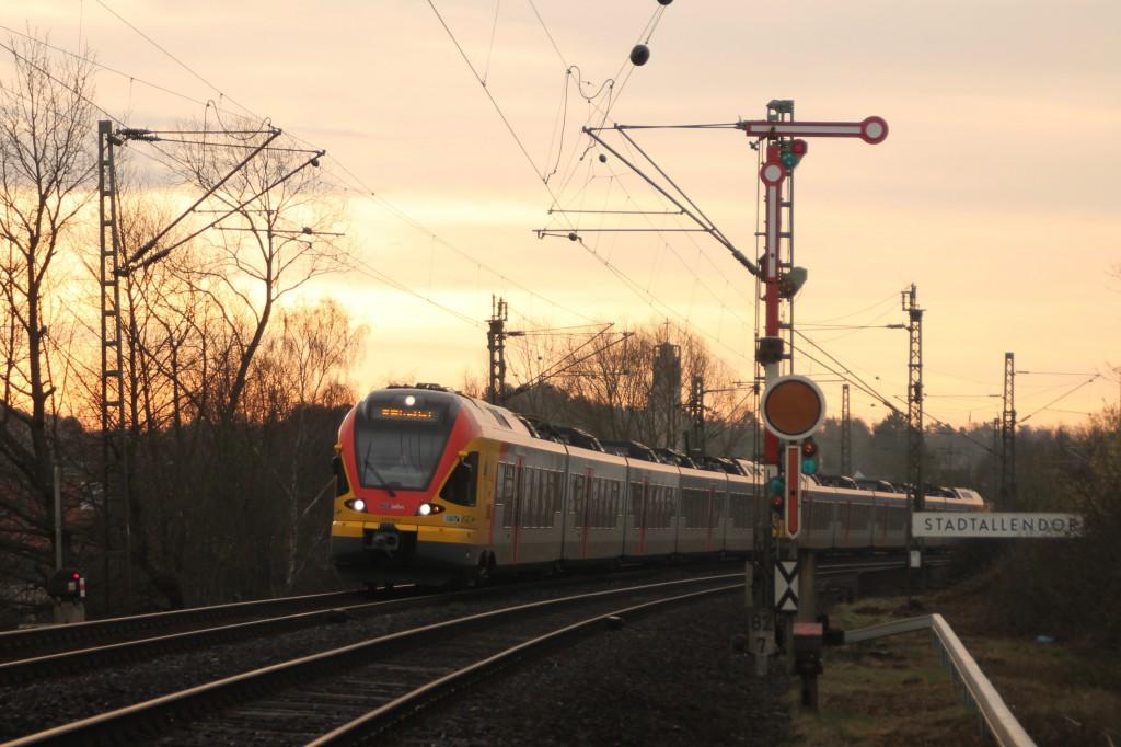 Ein FLIRT der HLB verlässt den Bahnhof Stadtallendorf, aufgenommen am 27.03.2016.