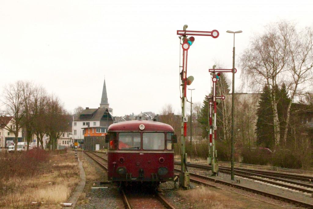 998 880, 998 250, 798 818, 798 622 und 796 724 rangieren im Bahnhof Altenkirchen, aufgenommen am 06.03.2016.