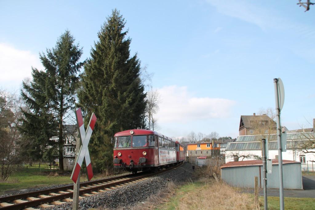 798 818, 998 880 und 998 250 verlassen den Bahnhof Altenkirchen, aufgenommen am 13.03.2016.