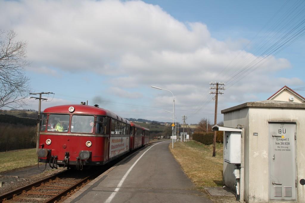 798 818, 998 880 und 998 250 am Haltepunkt in Enspel, aufgenommen am 13.03.2016.