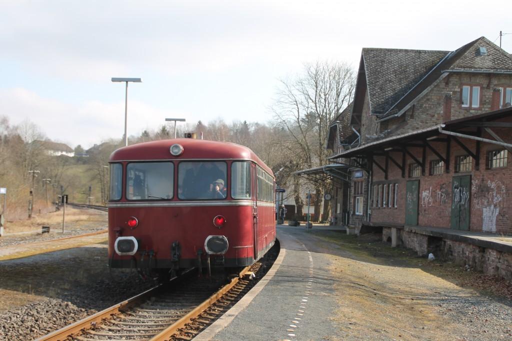 798 818, 998 880 und 998 250 am Bahnsteig in Hachenburg, aufgenommen am 13.03.2016.