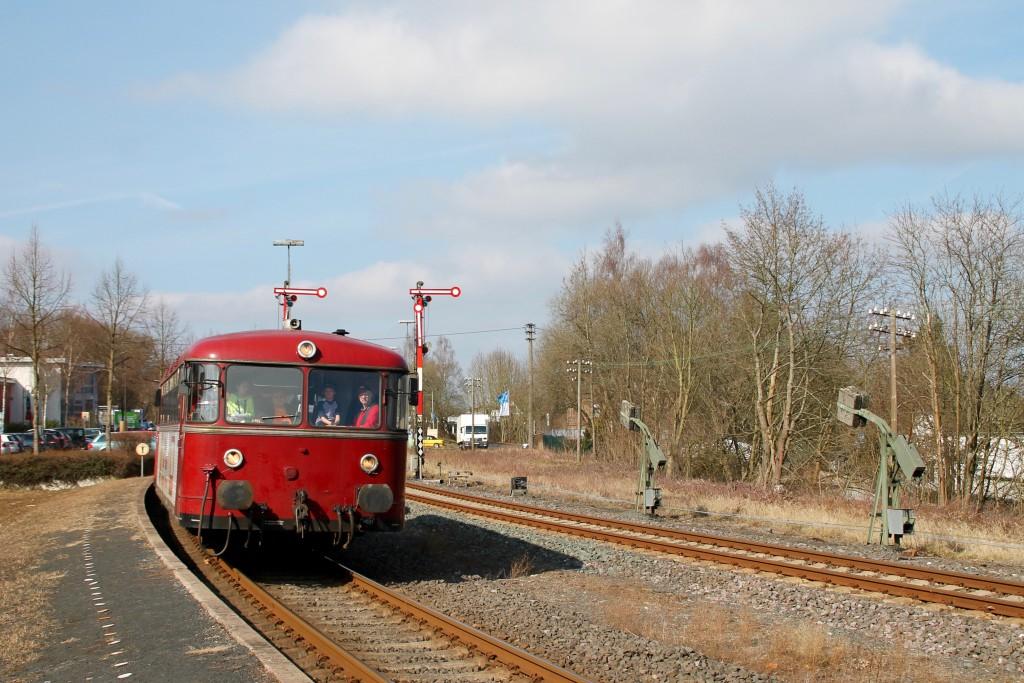 798 818, 998 880 und 998 250 fahren in den Bahnhof Hachenburg ein, aufgenommen am 13.03.2016.