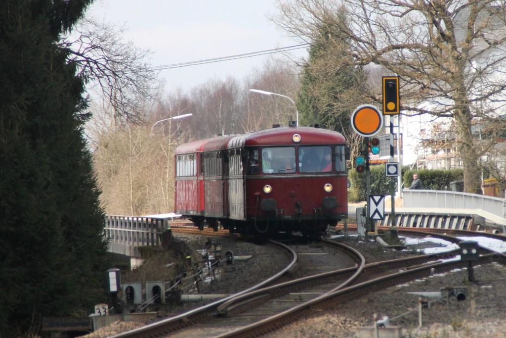 798 818, 998 880 und 998 250 am Ausfahr-Vorsignal im Bahnhof Langenhahn auf den Gegenzug, aufgenommen am 13.03.2016.