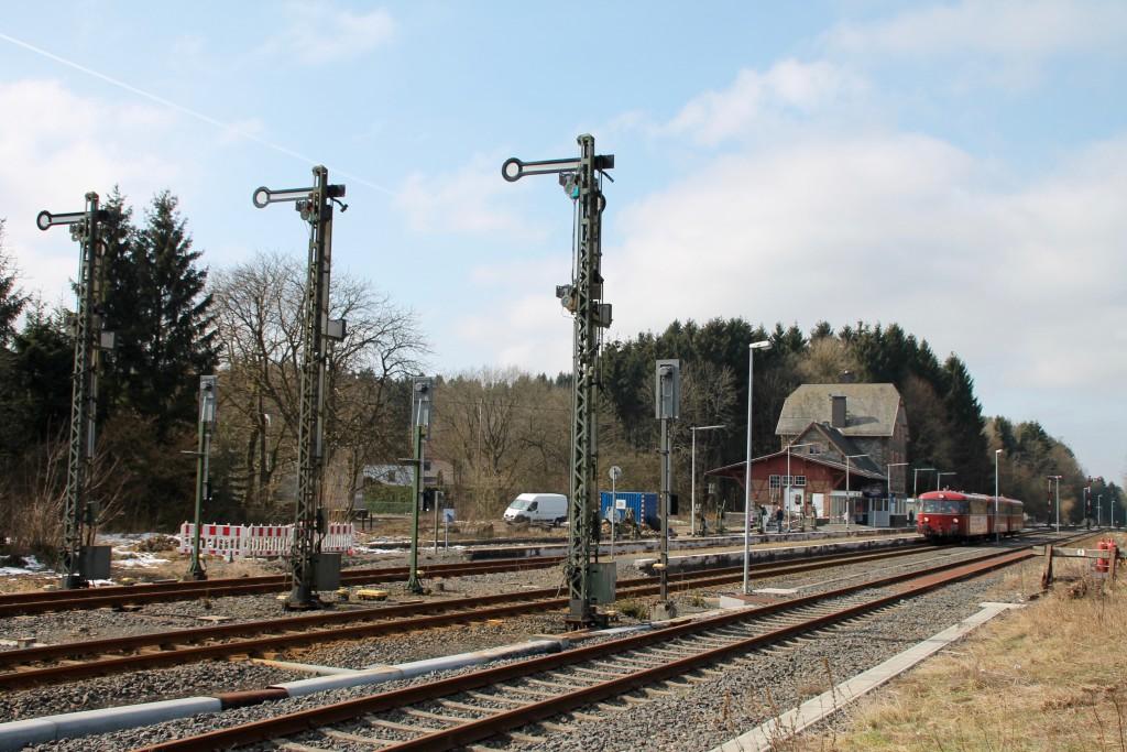 798 818, 998 880 und 998 250 warten im Bahnhof Langenhahn auf den Gegenzug, aufgenommen am 13.03.2016.