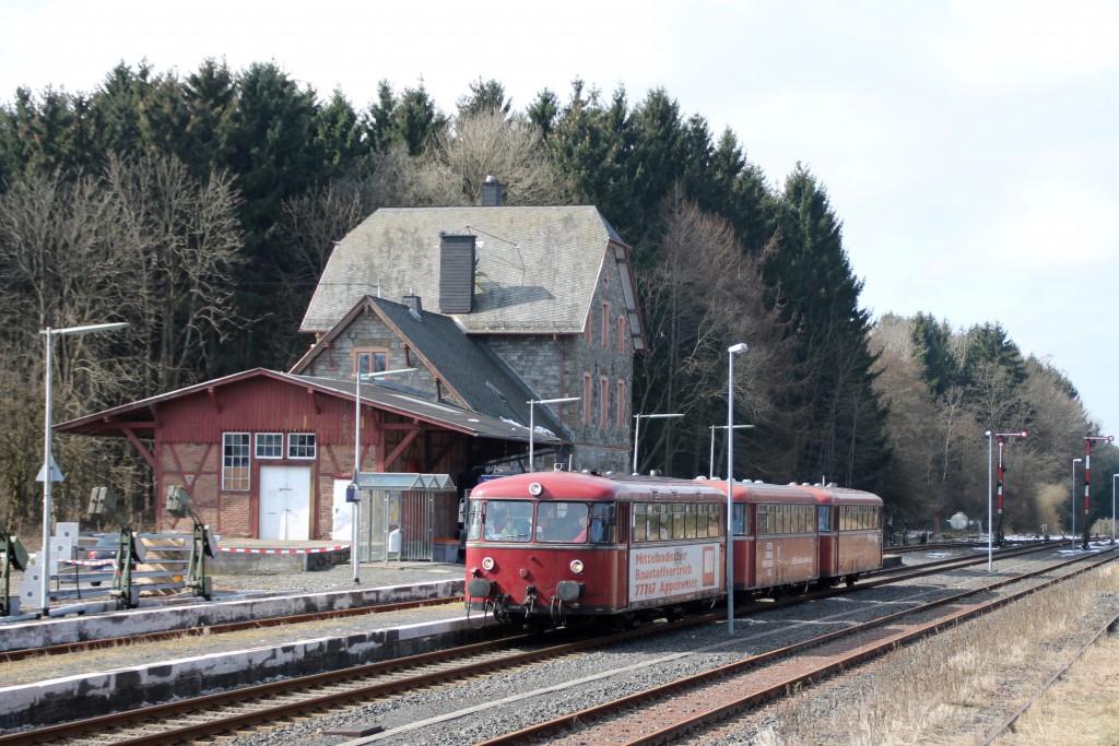 798 818, 998 880 und 998 250 im Bahnhof Langenhahn, aufgenommen am 13.03.2016.