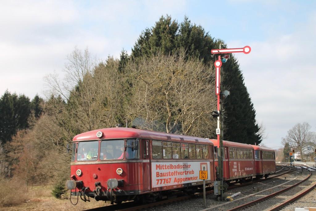 798 818, 998 880 und 998 250 am Einfahrsignal des Bahnhof Langenhahn, aufgenommen am 13.03.2016.