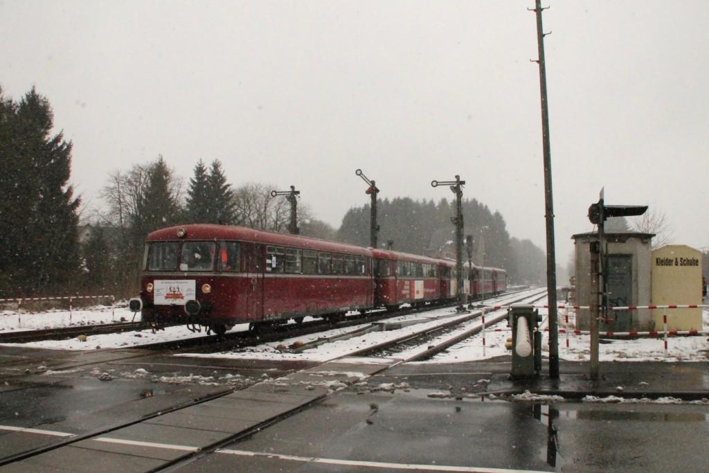 998 880, 998 250, 798 818, 798 622 und 796 724 verlassen den Bahnhof Langenhahn, aufgenommen am 06.03.2016.