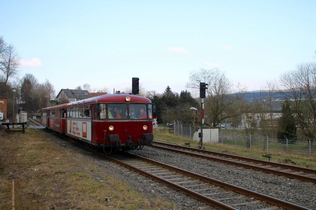 798 818, 998 880 und 998 250 an den Ausfahrsignalen im Bahnhof Niederzeuzheim, aufgenommen am 13.03.2016.