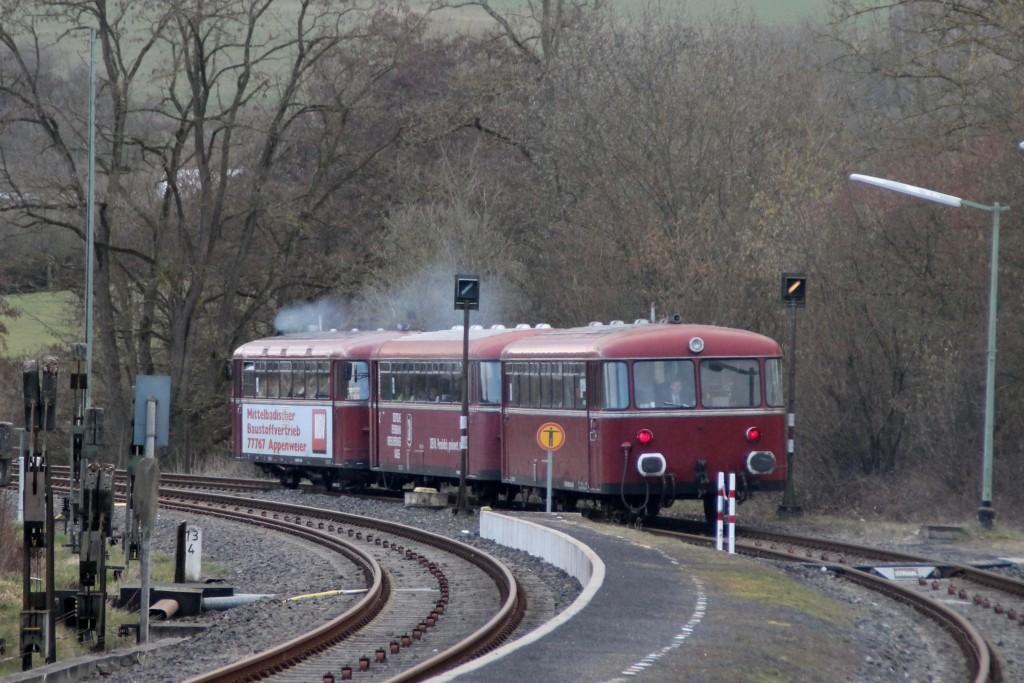 798 818, 998 250 und 998 880 verlassen den Bahnhof Niederzeuzheim, aufgenommen am 13.03.2016.