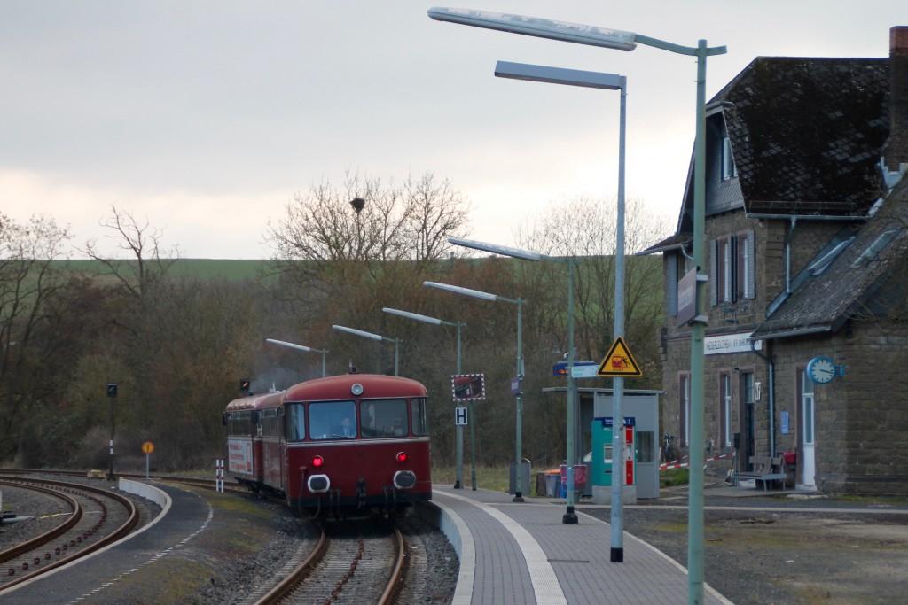 798 818, 998 880 und 998 250 am Bahnsteig in Niederzeuzheim, aufgenommen am 13.03.2016.