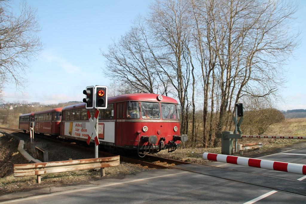 798 818, 998 880 und 998 250 an einem Bahnübergang bei Rotenhain, aufgenommen am 13.03.2016.