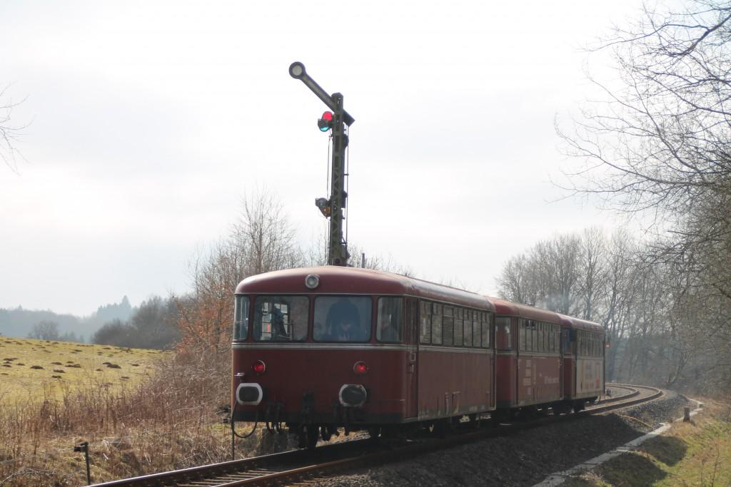 798 818, 998 880 und 998 250 am Einfahrsignal des durchgeschalteten Bahnhof Rotenhain, aufgenommen am 13.03.2016.