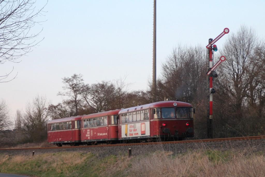 998 880, 998 250 und 798 818 fahren in den Bahnhof Staffel ein, aufgenommen am 13.03.2016.