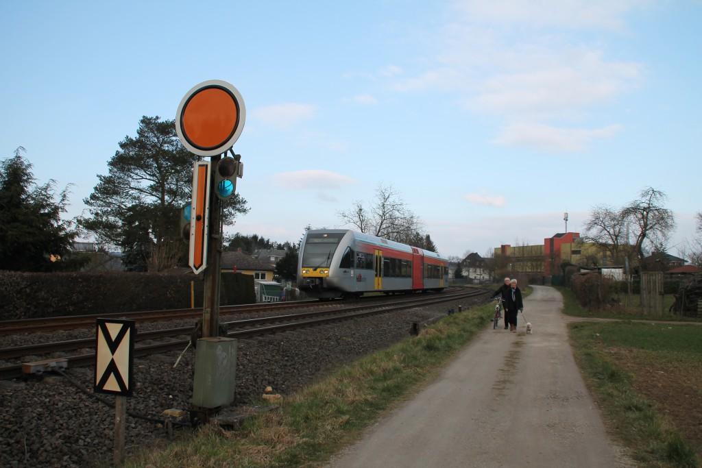 Ein GTW der HLB am Einfahr-Vorsignal von Staffel, aufgenommen am 13.03.2016.