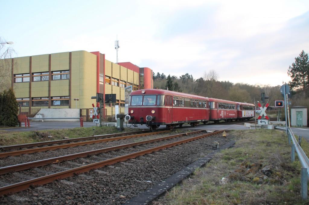 798 818, 998 250 und 998 880 am Telekommunikationsgebäude bei Staffel, aufgenommen am 13.03.2016.