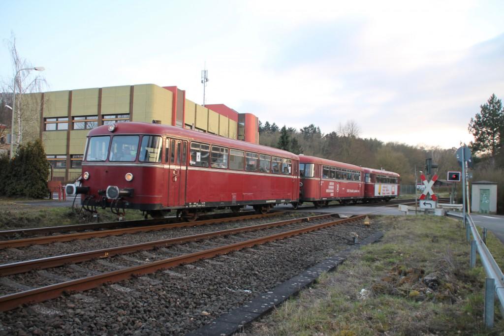 998 880, 998 250 und 798 818 auf einem Bahnübergang bei Staffel, aufgenommen am 13.03.2016.