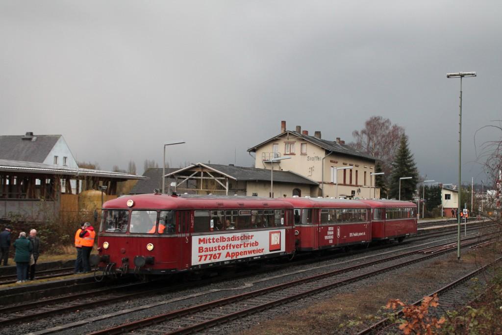 998 880, 998 250 und 798 818 im Bahnhof Staffel, aufgenommen am 06.03.2016.