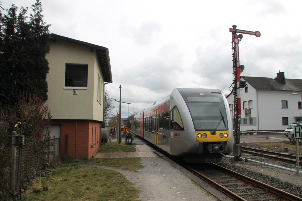 Ein GTW der HLB fährt in den Bahnhof Staffel ein, aufgenommen am 05.03.2016.