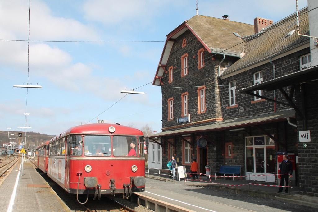 798 818, 998 880 und 998 250 am Bahnsteig in Westerburg, aufgenommen am 13.03.2016.