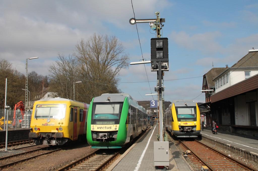 629 072, ein LINT der VECTUS sowie ein LINT der HLB treffen sich im Bahnhof Westerburg, aufgenommen am 13.03.2016.