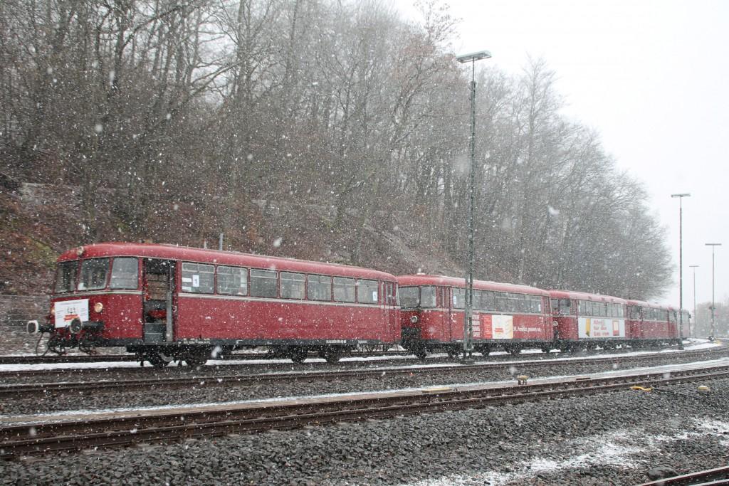 998 880, 998 250, 798 818, 798 622 und 796 724 stehen zur Pause im Bahnhof Westerburg, aufgenommen am 06.03.2016.