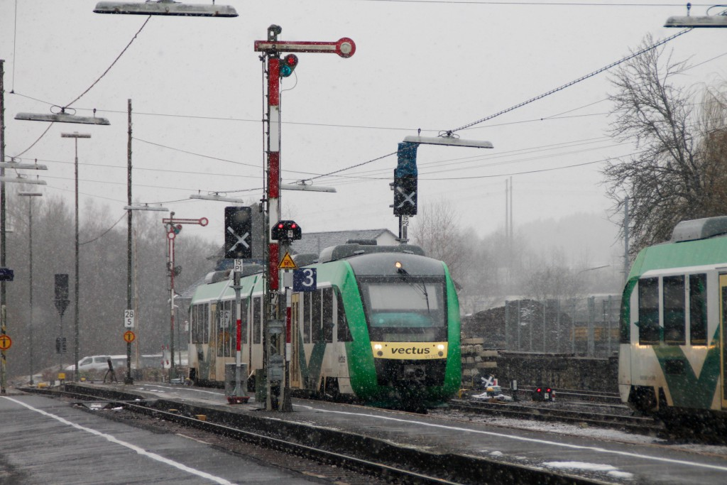 Ein LINT der VECTUS fährt in den Bahnhof Westerburg ein, aufgenommen am 06.03.2016.