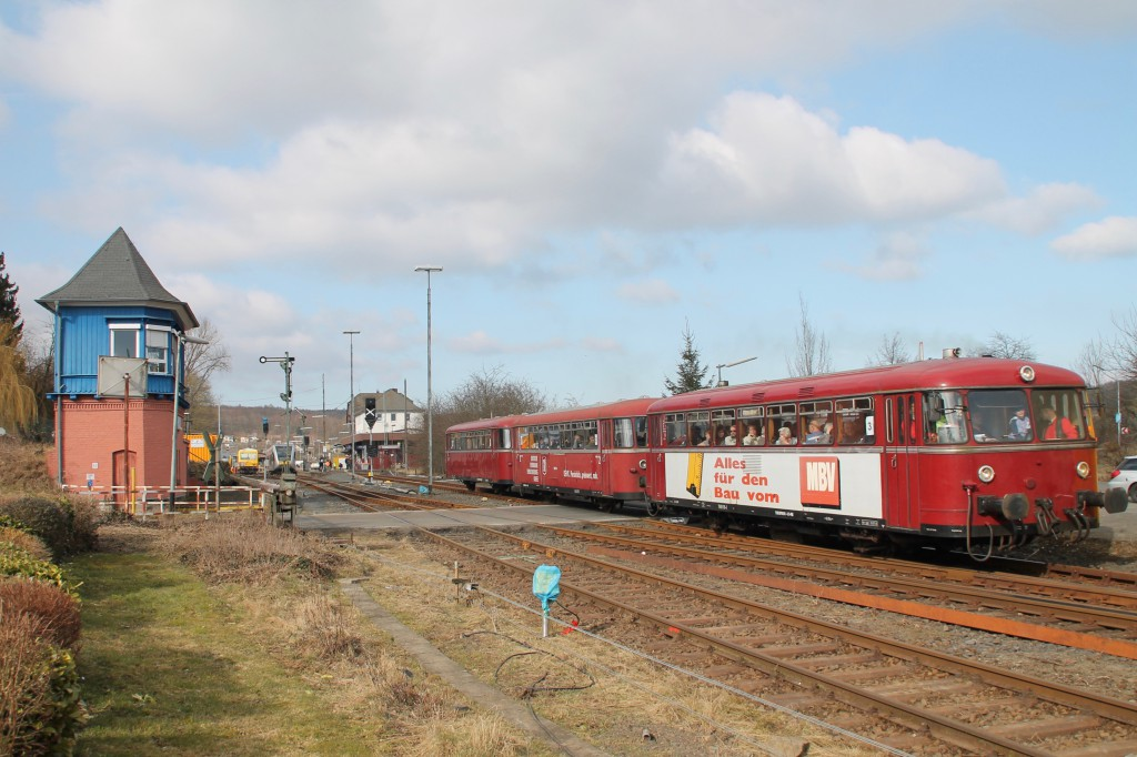 798 818, 998 880 und 998 250 verlassen den Bahnhof Westerburg, aufgenommen am 13.03.2016.