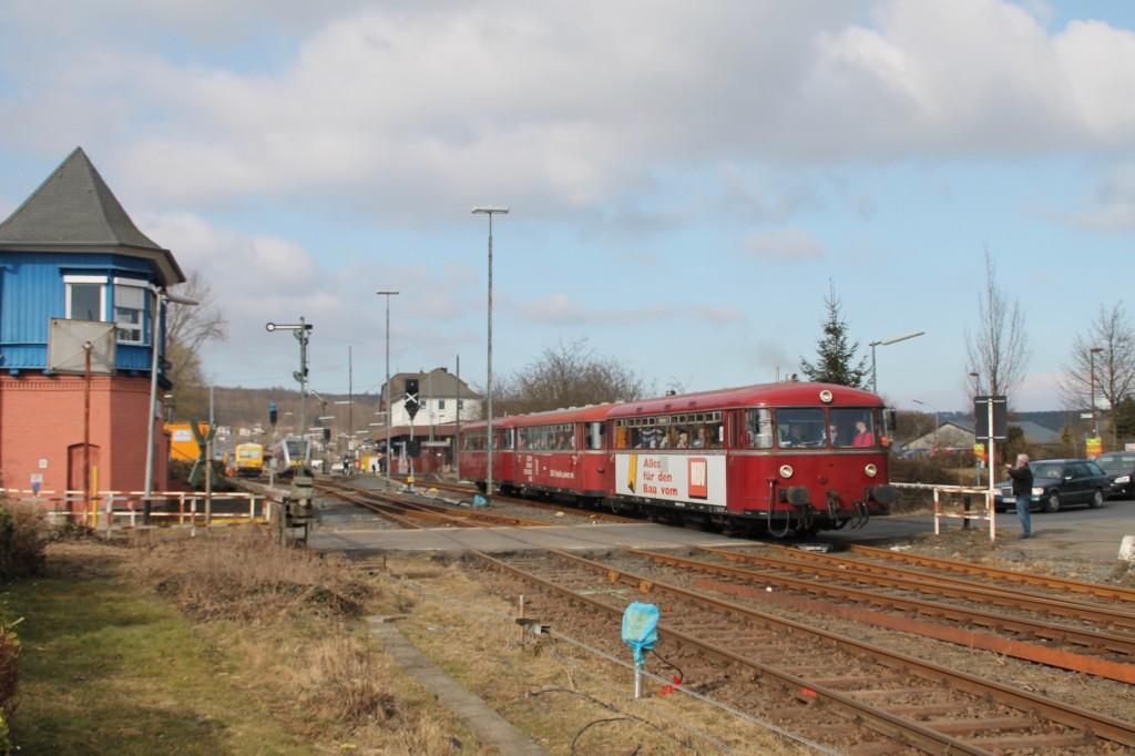 798 818, 998 880 und 998 250 verlassen Westerburg, aufgenommen am 13.03.2016.