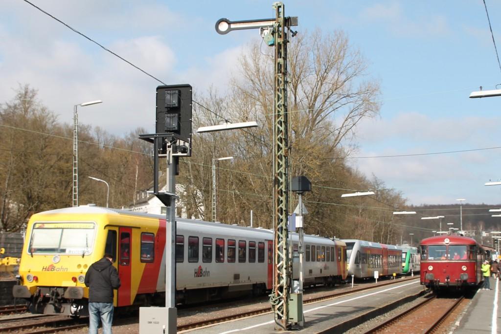 798 818, 998 880 und 998 250 stehen neben 629 072 der HLB im Bahnhof Westerburg, aufgenommen am 13.03.2016.
