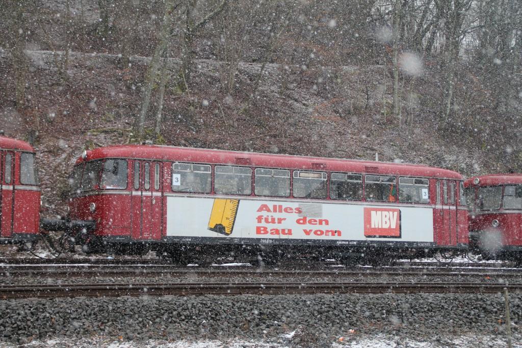 798 818 steht im Bahnhof Westerburg, aufgenommen am 06.03.2016.