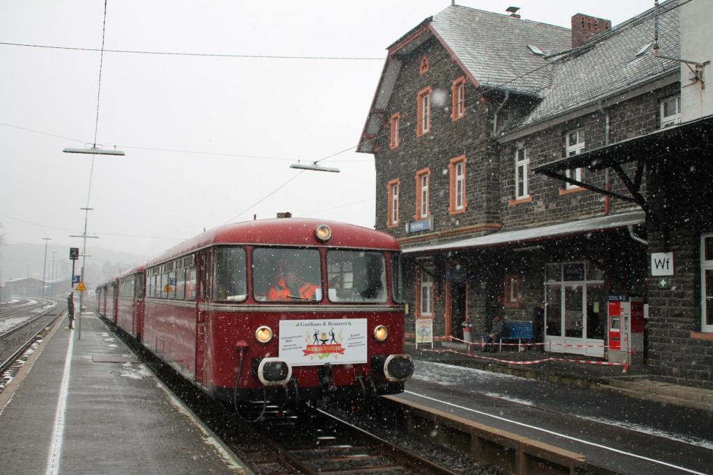 998 880, 998 250, 798 818, 798 622 und 796 724 im Bahnhof Westerburg, aufgenommen am 06.03.2016.