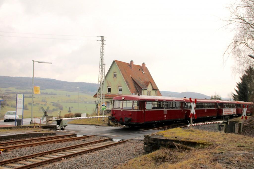 998 880, 998 250, 798 818, 798 622 und 796 724 verlassen den Bahnhof Wilsenroth, aufgenommen am 06.03.2016.