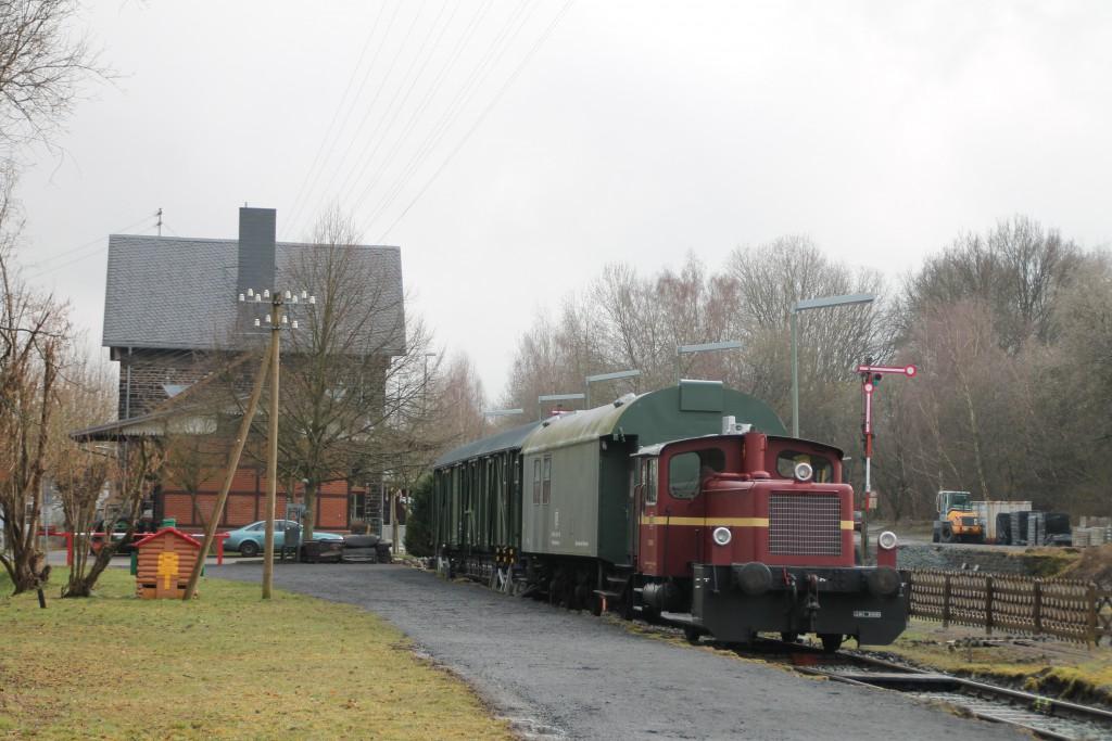332 195 steht im Bahnhof Wilsenroth, aufgenommen am 06.03.2016.