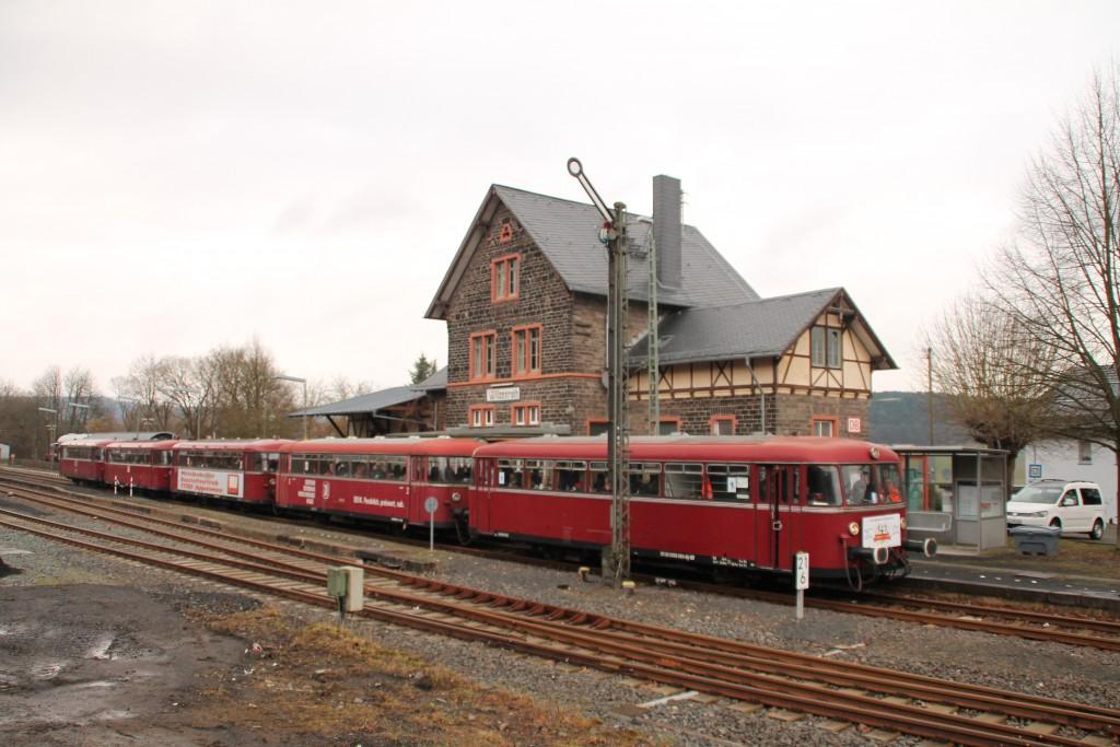 998 880, 998 250, 798 818, 798 622 und 796 724 durchqueren den Bahnhof Wilsenroth, aufgenommen am 06.03.2016.