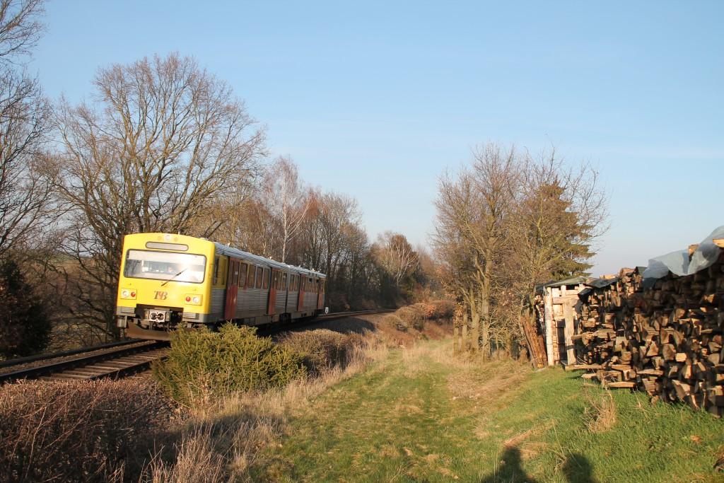 Ein VT2E der HLB kämpft sich die Steigung zwischen Usingen und Wilhelmsdorf auf der Taunusbahn herauf, aufgenommen am 26.03.2016.