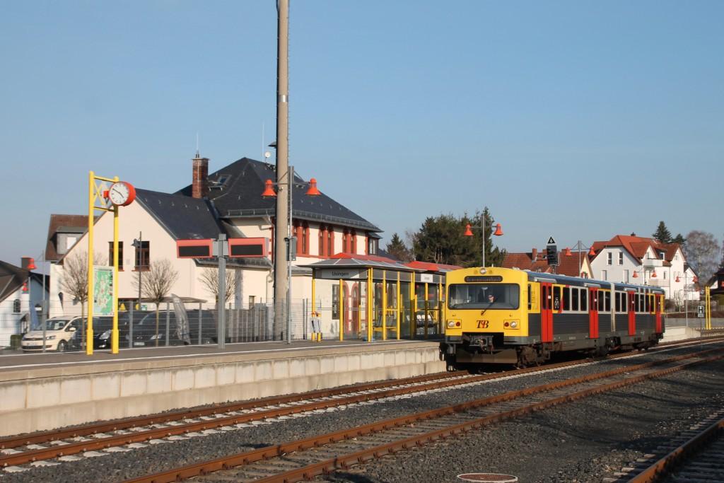 Ein VT2E der HLB am Bahnsteig in Usingen auf der Taunusbahn, aufgenommen am 26.03.2016.