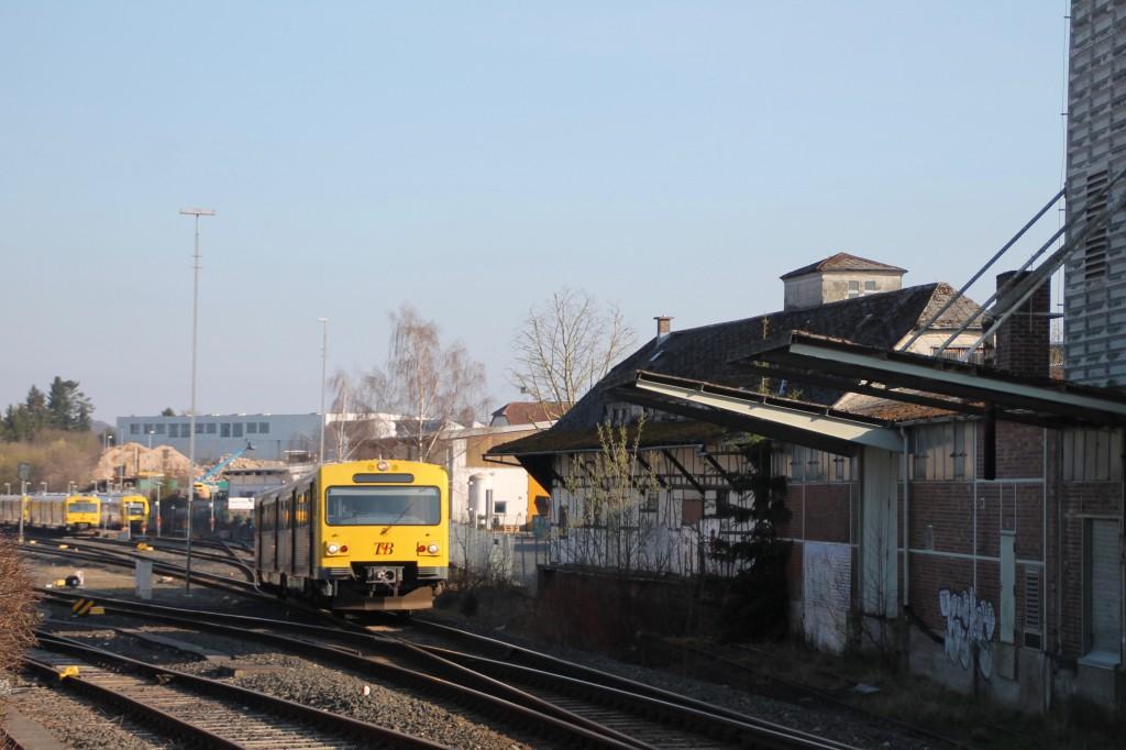 Ein VT2E der HLB verlässt den Bahnhof Usingen auf der Taunusbahn, aufgenommen am 26.03.2016.