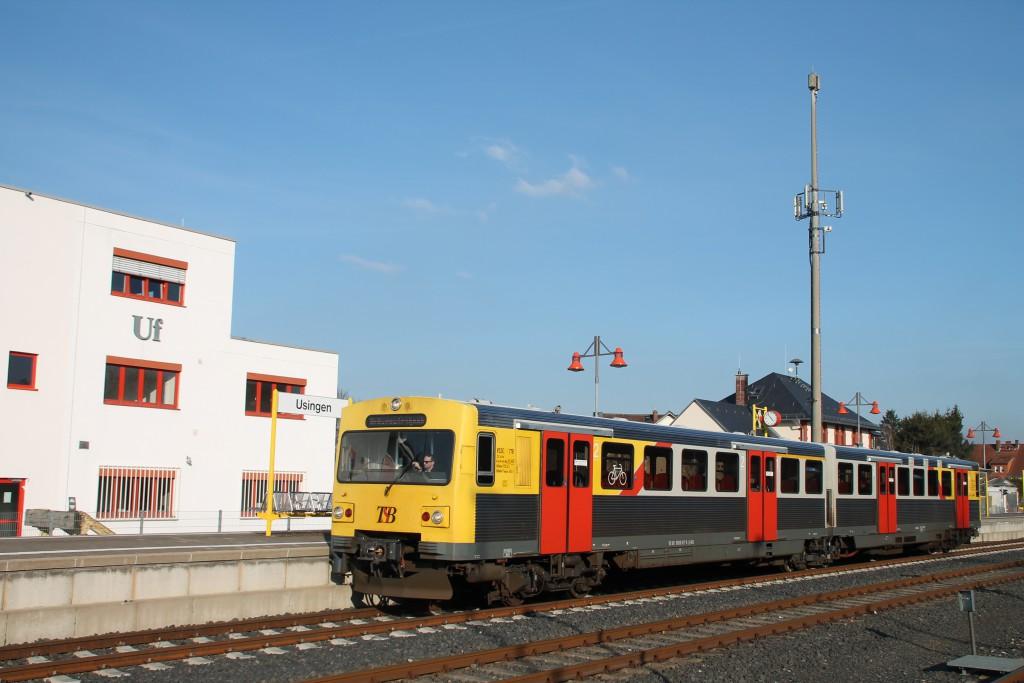 Ein VT2E der HLB am Stellwerk Uf in Usingen auf der Taunusbahn, aufgenommen am 26.03.2016.