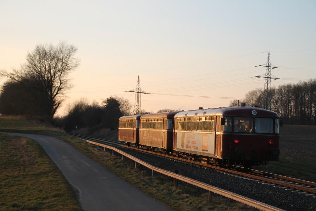 998 880, 998 250 und 798 818 bei Girod auf der Unterwesterwaldbahn, aufgenommen am 13.03.2016.