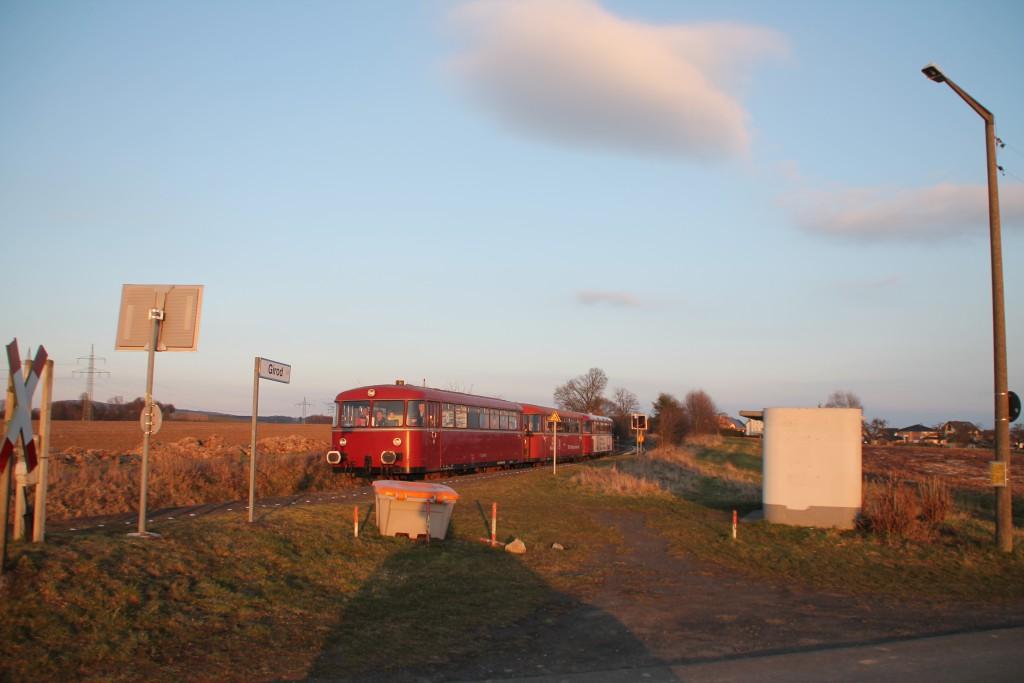 998 880, 998 250 und 798 818 am Haltepunkt Girod auf der Unterwesterwaldbahn, aufgenommen am 13.03.2016.