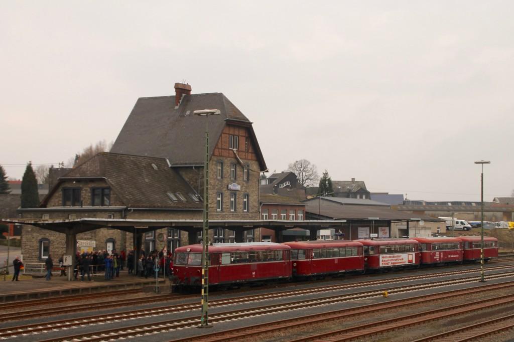 998 880, 998 250, 798 818, 798 622 und 796 724 warten im Bahnhof Siershahn, aufgenommen am 06.03.2016.
