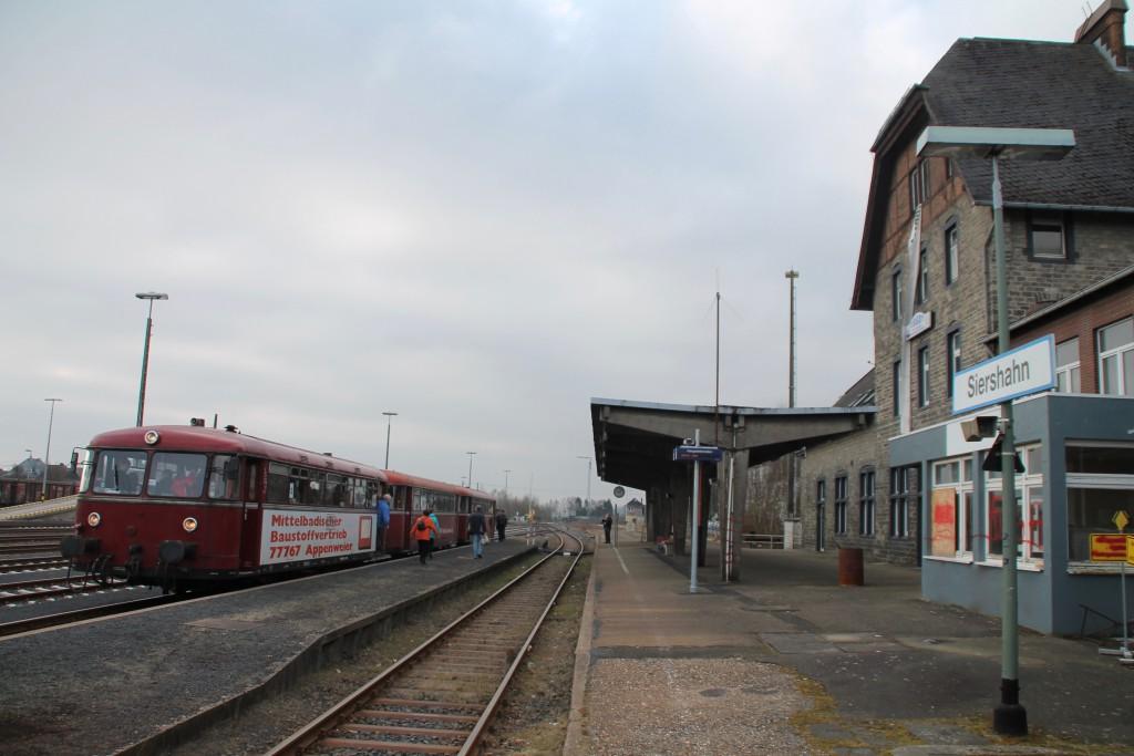 798 818, 998 880 und 998 250 warten im Bahnhof Siershahn auf die Abfahrt nach Altenkirchen, aufgenommen am 13.03.2016.