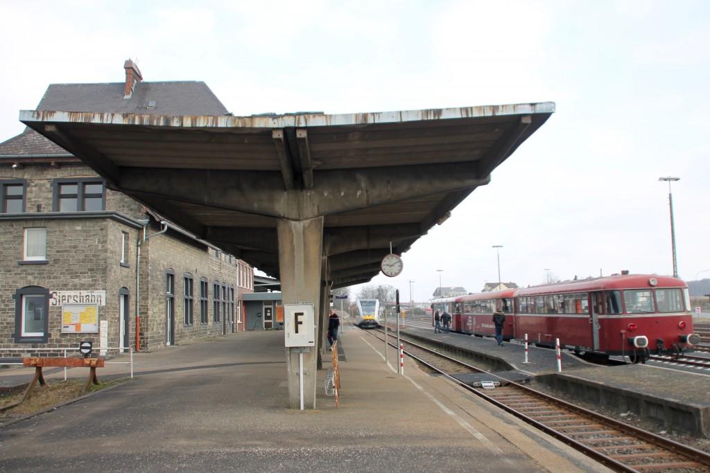 798 818, 998 880 und 998 250 warten im Bahnhof Siershahn auf die Abfahrt, aufgenommen am 13.03.2016.