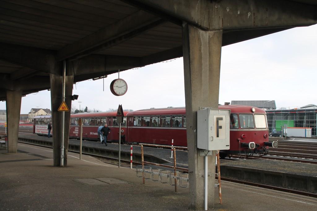 798 818, 998 880 und 998 250 im Bahnhof Siershahn, aufgenommen am 13.03.2016.
