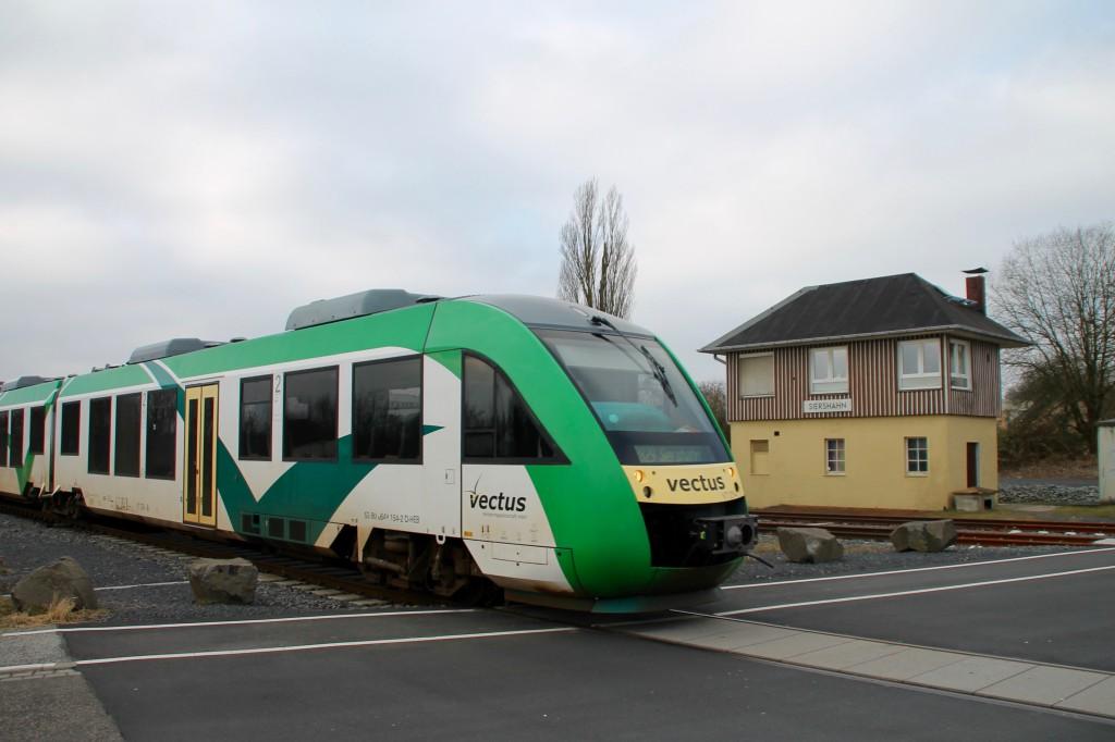 Ein LINT der VECTUS fährt am Bahnübergang in Staffel, aufgenommen am 13.03.2016.